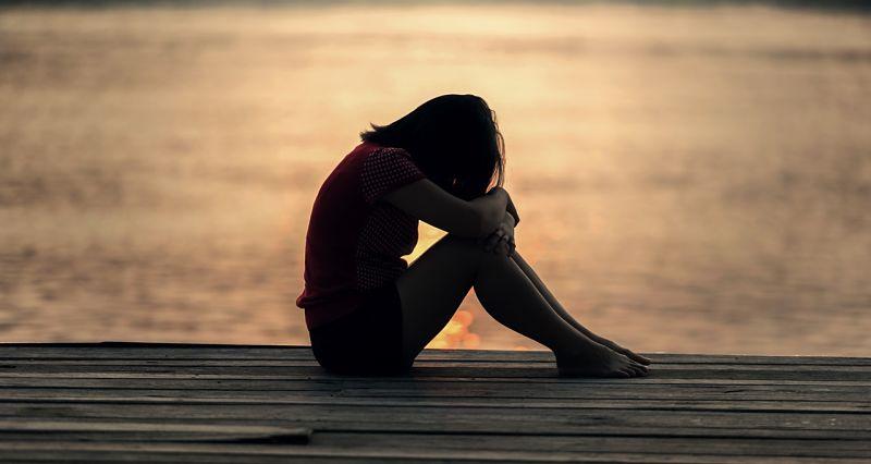 девушка грустить одна