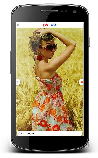 девушка позирует на фото в траве