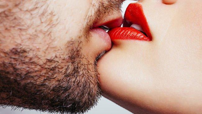 поцелуй крупным планом