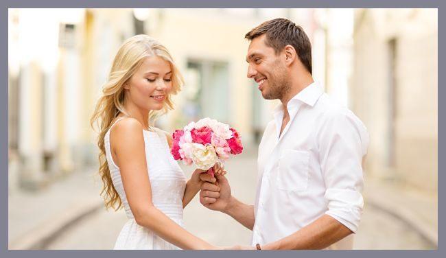мужчина дарит цветы девушке на первом свидании