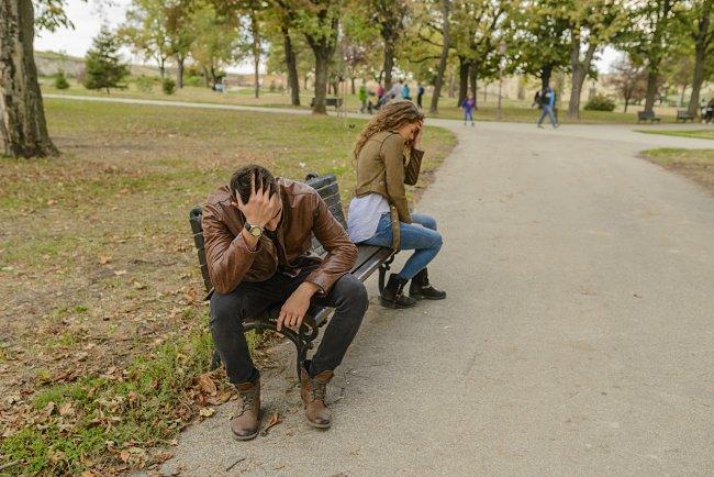 молодая пара поругала с парке