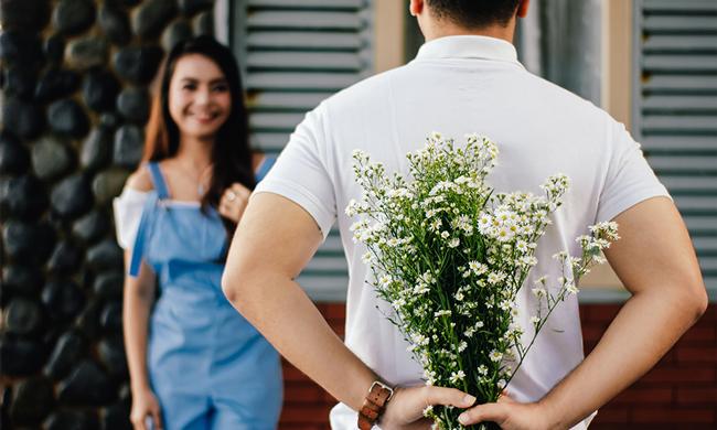дарит цветы девушке